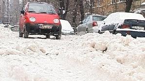 Străzile din sectorul 5 sunt blocate de nămeţii de zăpadă