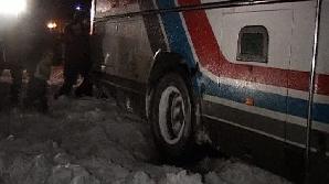 O ambulanţă care transporta o gravidă la spital a rămas înzăpezită
