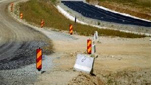 Pe patru drumuri naţionale se reabilitează carosabilul, iar pe DN7 există o atenţionare de cădere a stâncilor între Călimăneşti şi Brezoi