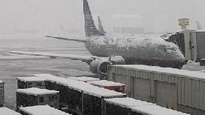 Sute der români blocaţi pe aeroporturi, din cauza ninsorii