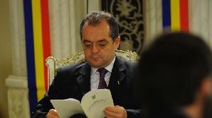 Premierul Boc lansează invitaţii de intrare la guvernare la televizor