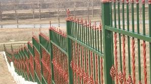 Bărbatul a fost găsit în gardul cimitirului