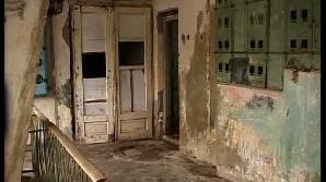 Ploaia se infiltrează pereţi garsonierelor de la ultimul etaj