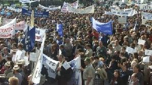 Farmaciştii, profesorii, grefierii, poliţiştii, funcţionarii publici, medicii şi asistentele, funcţionarii de la Metrorex au protestat în 2009 pentru mărirea salariilor