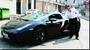 Dacă vrea să calce pe urmele lui Băsescu, Prigoană Jr. va trebui să renunţe la Lamborghini. Preşedintele conduce un Logan