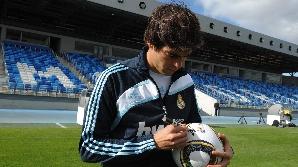 Kaka semnează pe mingea oficială a CM 2010