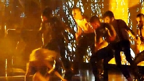 Lady Gaga a căzut în fund, în timpul unui concert