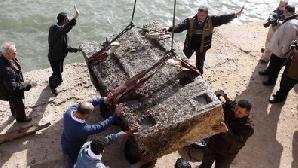 Scafandrii şi arheologii au folosit o macara uriaşă pentru a ridica pilonul greu de nouă tone şi înalt de 2,20 metr