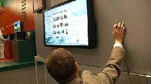 Prezidenţiabilii trimit mesaje electorale în spaţiul virtual