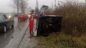 Două persoane au fost rănite după ce un microbuz s-a răsturnat