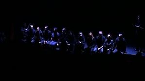 14 deţinuţi, actori în piesa\