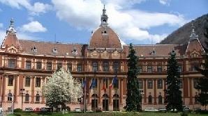 Din clădirea Prefecturii Braşov cad bucăţi de tencuială