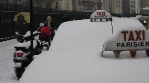 Taximetriştii de pe Sena au avut parte de o zăpadă cum n-a văzut Parisul.