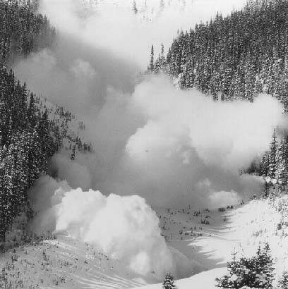 Pericolul de avalanşe este prezent mai ales la altitudini mari