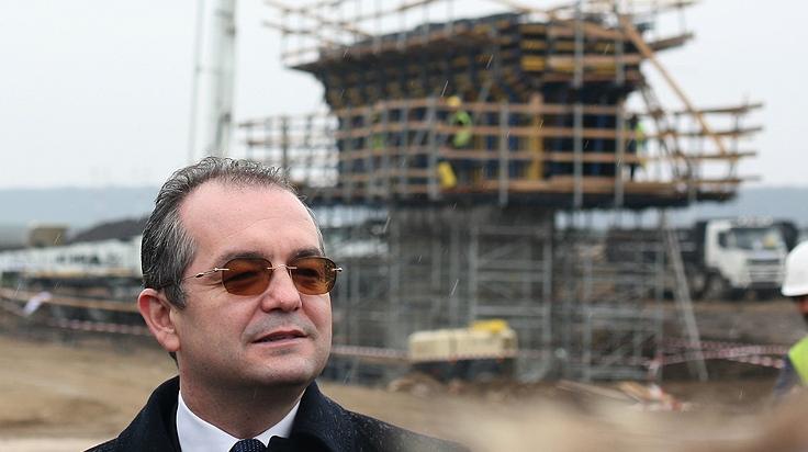 Boc vrea să pună România pe drumuri. Chiar autostrăzi