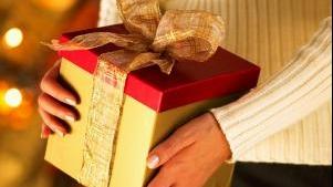 Românii cheltuiesc mult pe cadouri