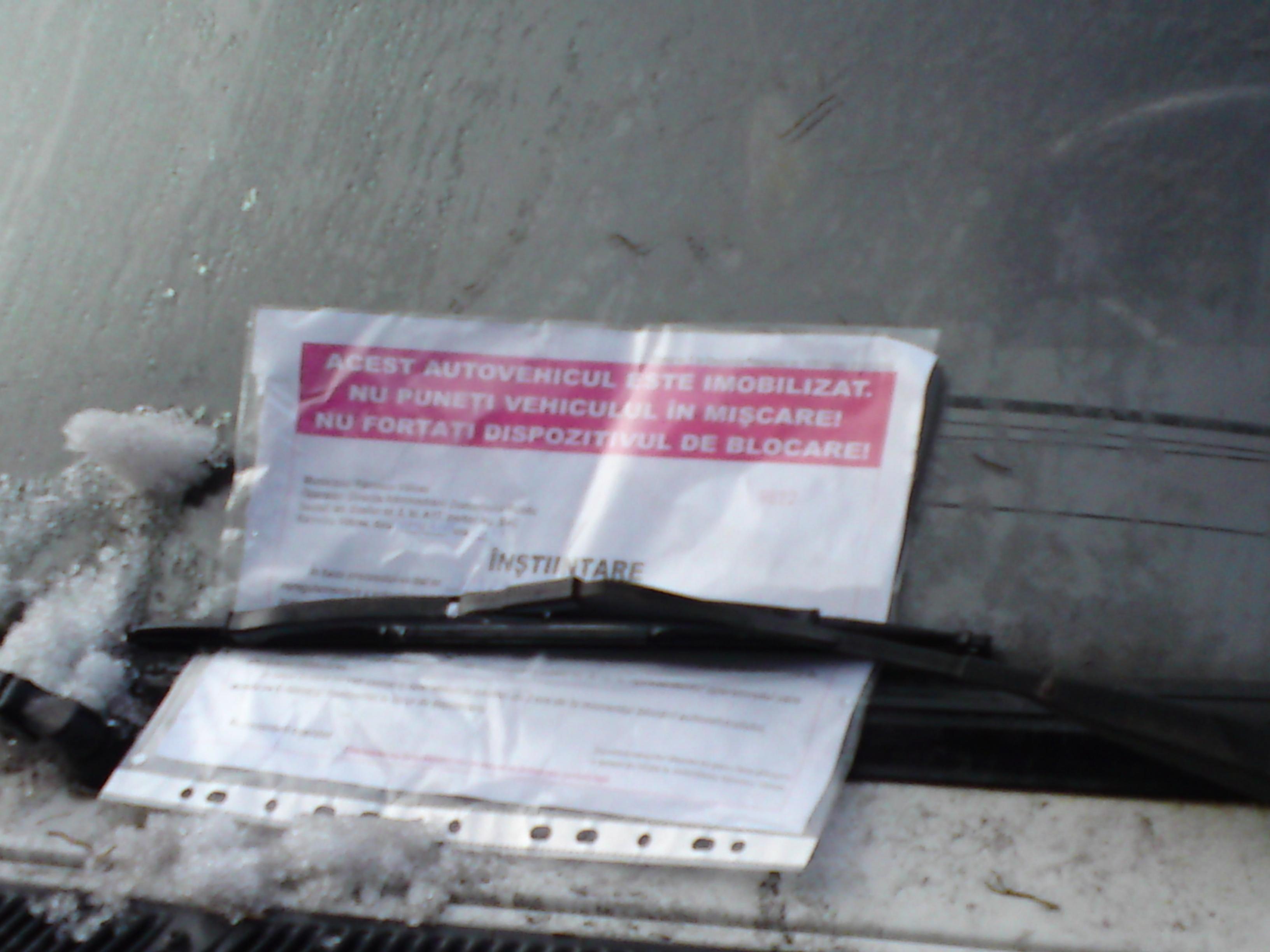 Roţile unei maşini au fost blocate de autorităţi