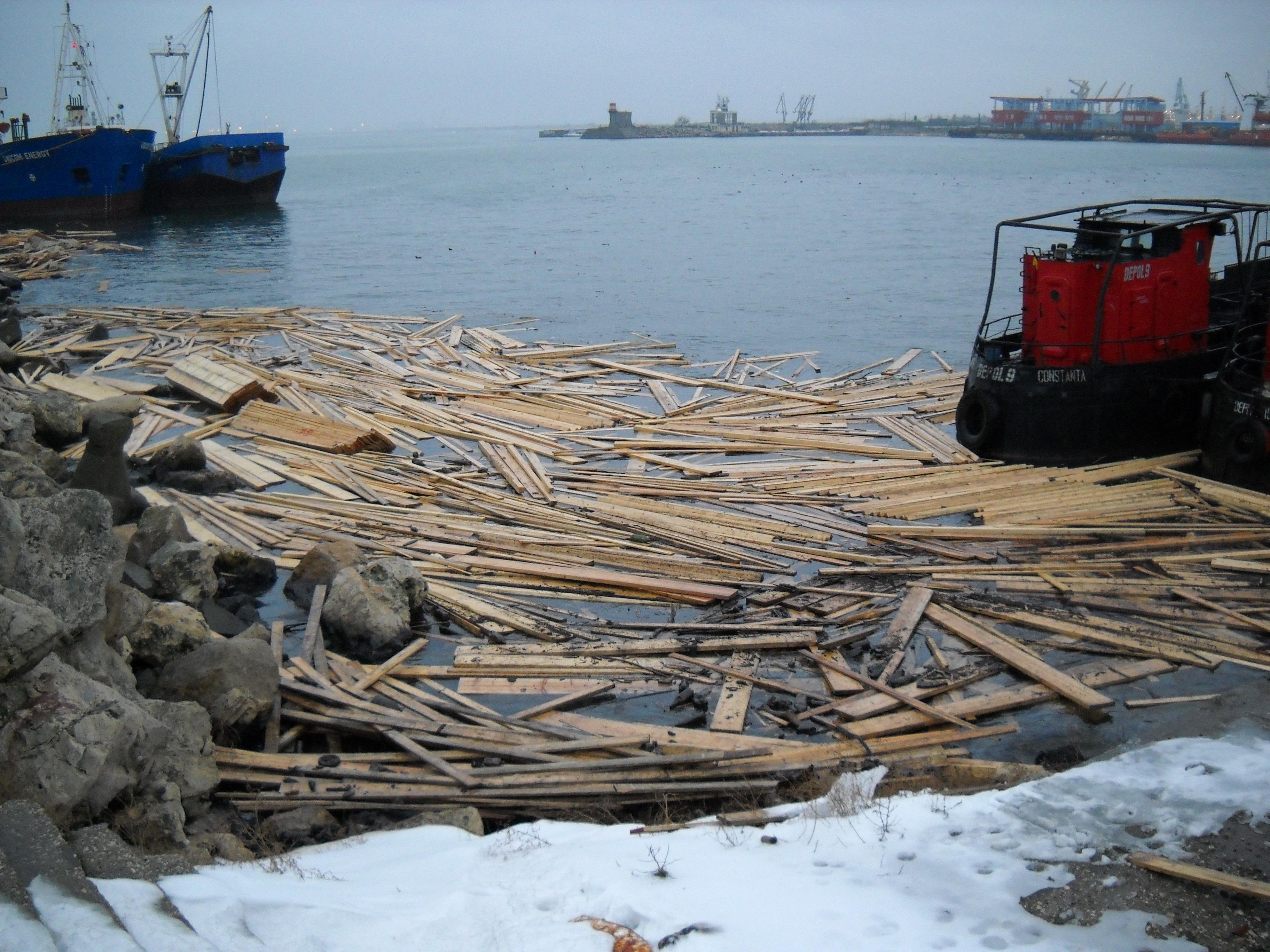 Cherestea împrăştiată pe apă în portul Constanţa