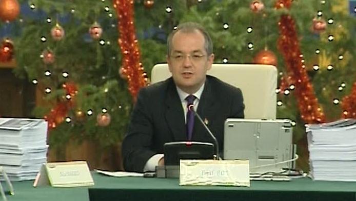 Emil Boc discută cu membrii Cabinetului în cadrul unei şedinţe