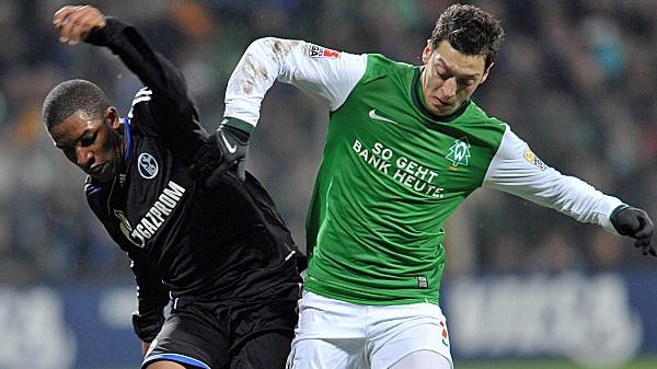 Farfan (Schlake 04), în duel cu Ozil (dreapta)