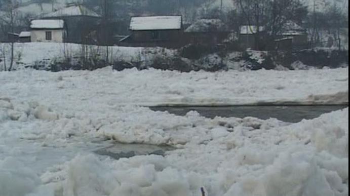 Pe râul Bistriţa s-a format un pod de gheaţă