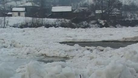 Autorităţile din judeţul Neamţ rămân în stare de alertă din cauza blocurilor de gheaţă care înaintează din amonte pe râul Bistriţa