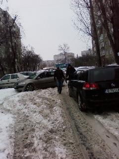 Stradă înzăpezită în sectorul 3 din Bucureşti