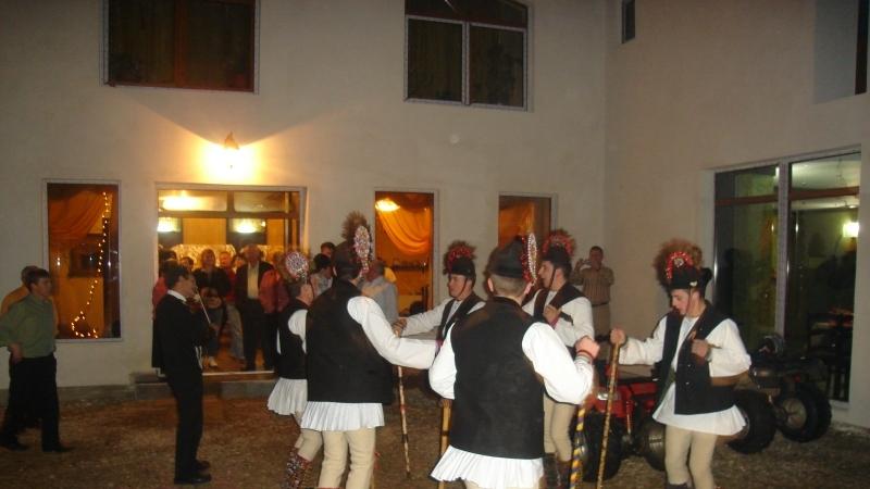Junii din Mărginimea Sibiului colindă cu zurgălăi şi ciucuri la picioare