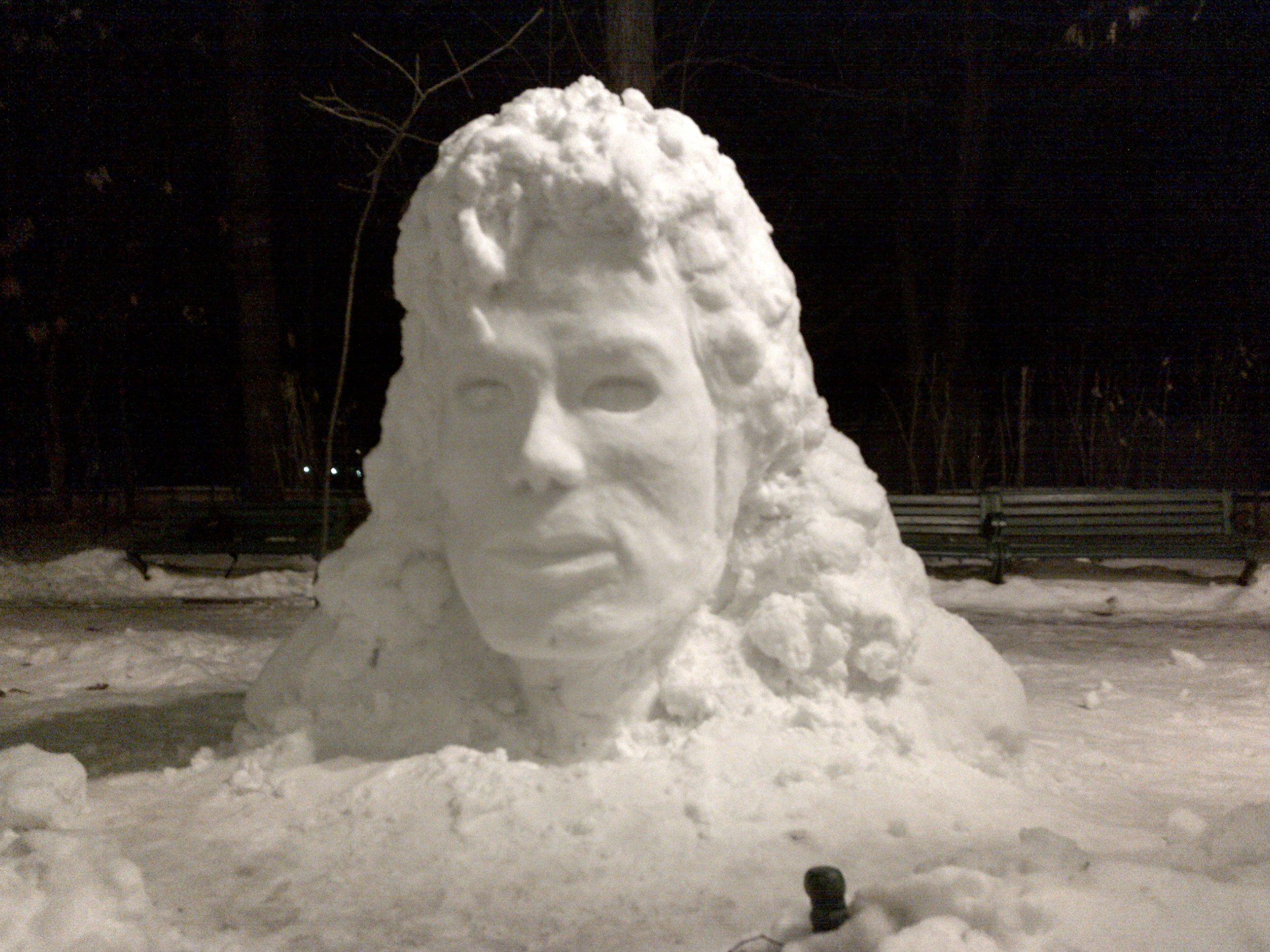 Chipul lui Michael Jackson sculptat în zăpadă