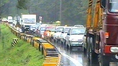 Infotrafic: Se circulă cu dificultate pe cinci drumuri naţionale