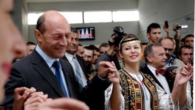 Traian Băsescu prins în hora la UTCN
