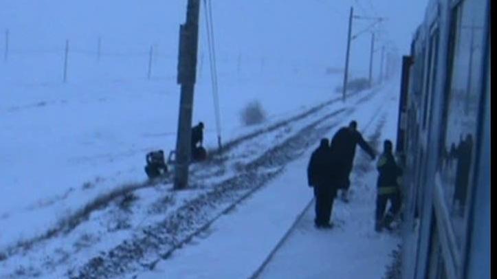 250 de oameni au fost salvaţi din nămeţi cu un tren