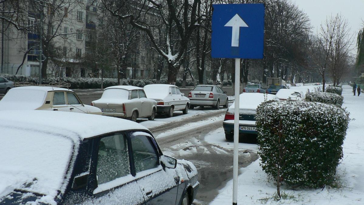 Zapada ingreuneaza circulatia pe drumurile din Vrancea