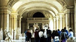 Muzeul Luvru are 16 hectare şi 36.000 de opere expuse
