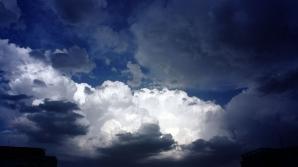 Marţi noapte, vremea a fost rece, cu cer noros şi au căzut averse.