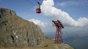 Oamenii urcă cu telecabina la 2.000 de metri altitudine