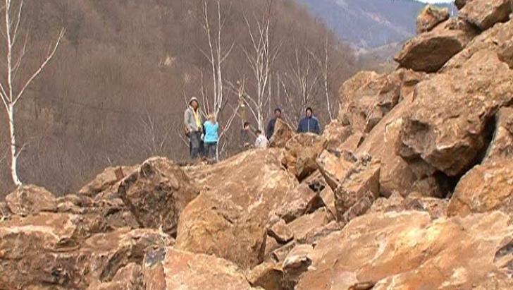 Trafic îngreunat pe DN 7, în Vâlcea, din cauza unor alunecări de teren