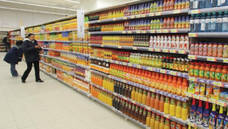Raft din supermarket cu băuturi răcoritoare