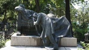 Mormantul fratilor Poroianu, iubiti care s-au sinucis cand au aflat ca sunt frati, este unul dintre cele mai vizitate la Bellu