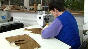 Croitoresele lucrează cu atenţie la colecţiile marilor creatori de modă