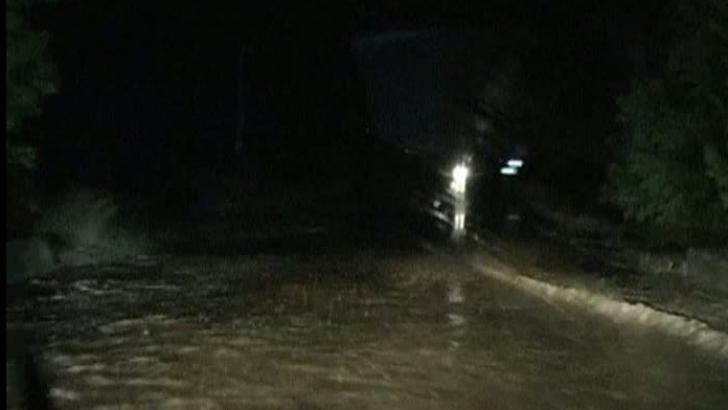 Drum blocat din cauza aluviunilor de pe şosea