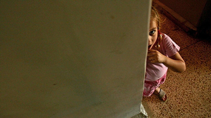 Gemenele găsite într-o scară de bloc din Sectorul 6, date în plasament unui asistent maternal