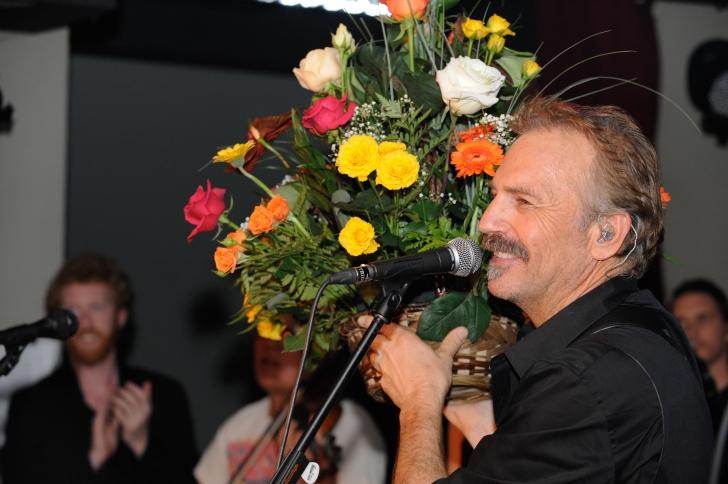 Finalul concertului lui Kevin Costner şi trupa Modern West, în Romania