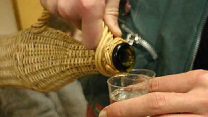 Un adolescent a intrat in coma alcoolica dupa ce vecinii l-au cinstit cu tuica dupa deszapezire