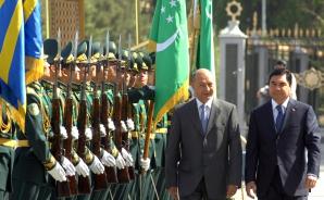 Gurbangulî Berdîmuhamedov şi Traian Băsescu, în 2009, în Turkmenistan