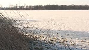 Fenomen meteo extrem: Lacul Sărat a îngheţat