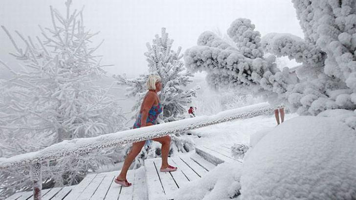 În iarna siberiană unii au călduri. Prin urmare fac băi reci