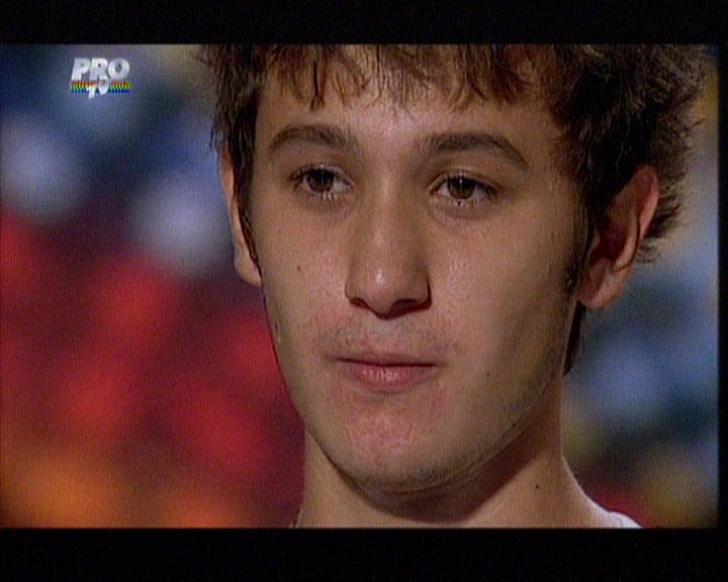 Tânărul Cosmin a impresionat cântând la pian o melodie a lui Eminem