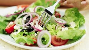 Zece trucuri UTILE pentru a economisi bani gătind mâncăruri delicioase