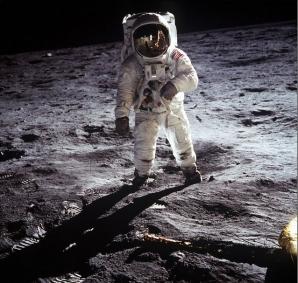 1969. Neil Armstrong l-a fotografiat pe colegul său Buzz Aldrin în timp ce făcea primul pas pe Lună